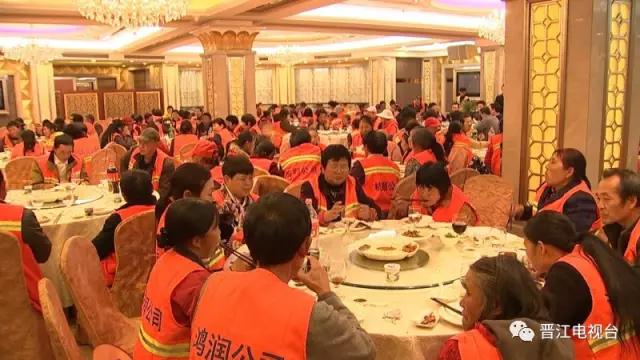 【暖心】小年夜 环卫工人吃大餐